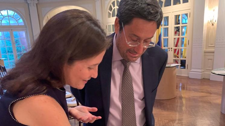 picture of Colombian Ambassador to the US with Cristina Soriano looking at book