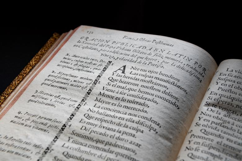 """Detail of a printed book shows text in Spanish reading """"oracion publicada en Latin"""" at the top of the page."""