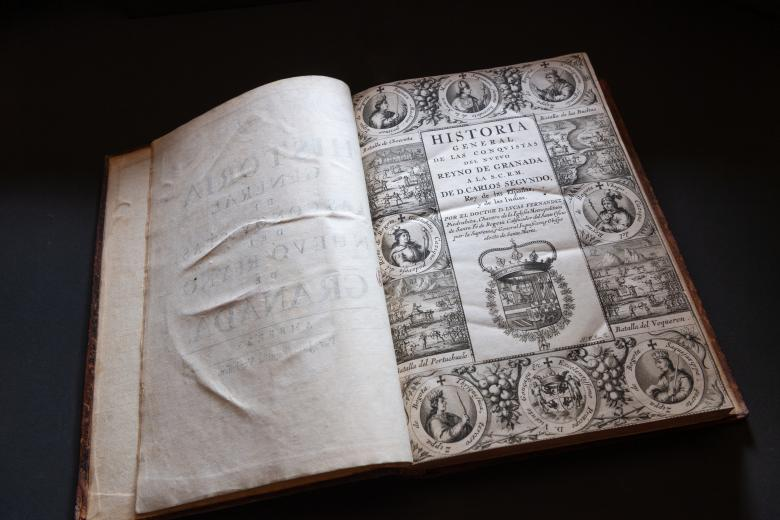 Detail of an engraved title page shows medallion portraits at the border, a coat of arms, and text in Spanish.
