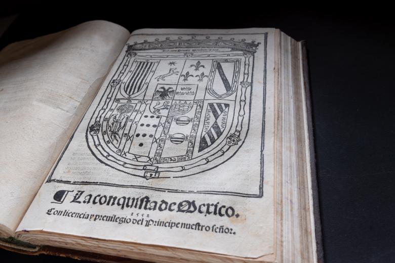 Woodcut title page shows the royal coat of arms of Spain and the book title in Spanish.