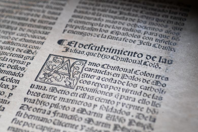 Detail of printed page shows text in Spanish.