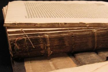 photograph of the spine and first page of la cosmography vniuerselle d'André theuet, a book printed in Paris in 1575